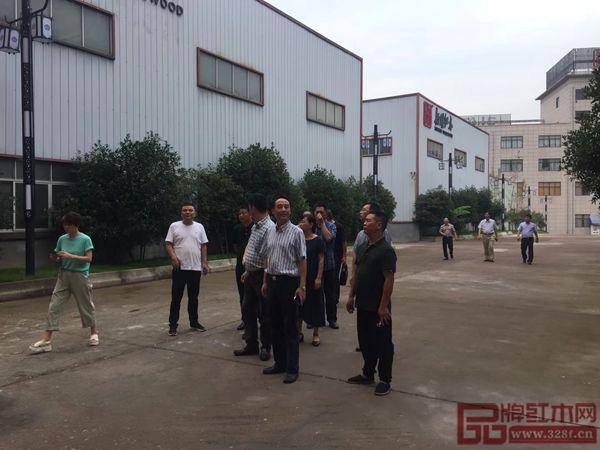 浙江省金华市政协副主席傅路红参观指导新明红木