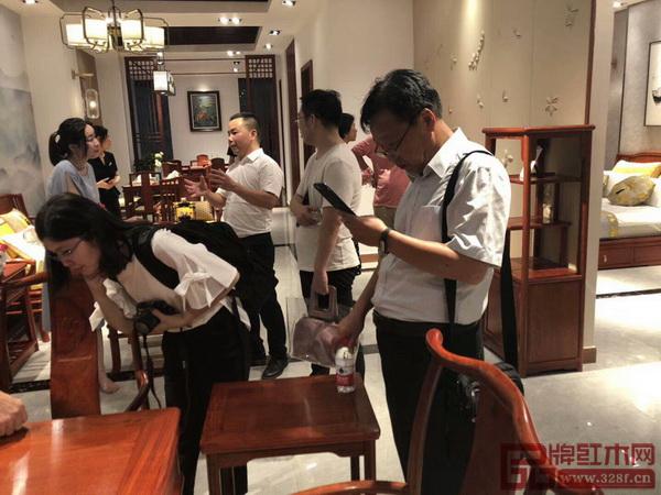 杭州金华商会成员认真观看家具产品
