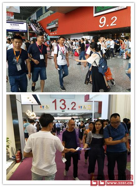 2018新中式红木家具展组委会干事在第20届广州建博会现场向参展商、经销商等派发传单,传递2018新中式红木家具展相关信息