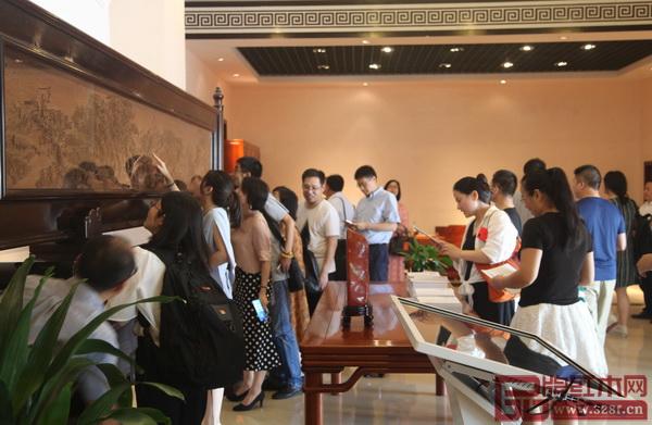 杭州金华商会成员参观纯本森活展厅