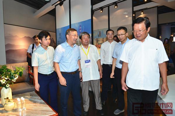 全国工商联原副主席程路(右一)、广东省家具协会会长王克(右三)等领导一行参观志成红木展位
