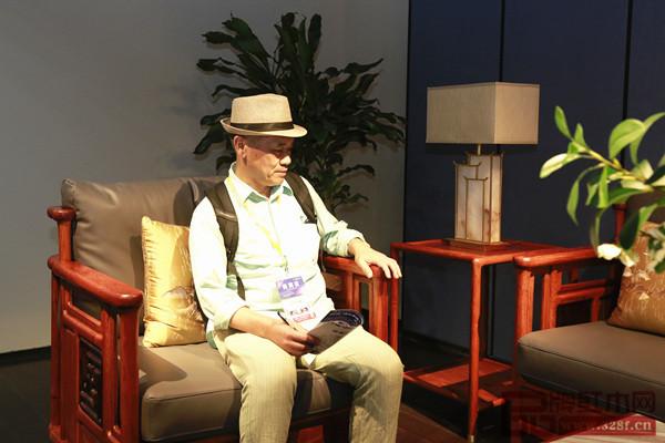全联艺术红木专家委员会专家顾问、家具行业资深学者王周对《万福》沙发赞赏有加