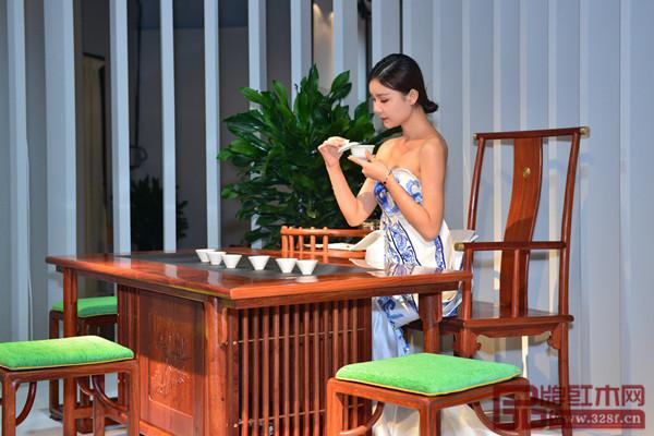志成红木美好中式家居吸引来美女模特竞相拍照