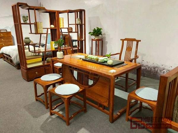 大成尚品位于东莞名家具展的展厅布置简洁、雅致