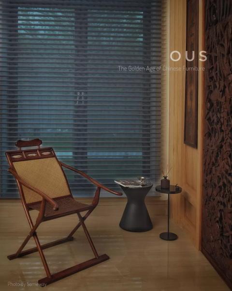 区氏臻品此交躺椅以交叉的腿足、扶手及底枨为主体框架,辅以腿间横枨和坐面边框,相交处以铜轴连接,坚固耐用。