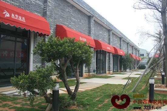 宝座椅 在红木家具行业内,提到广州番禺,总会让人想起这样一句话:先有番禺,后有广作。 据历史记载,郑和下西洋所带来的木质坚硬细腻的红木材料,大多在岭南停放,再发送京城、江浙等地。得天独厚的原材料资源与雄厚的经济基础,使中国红木家具在岭南茁壮成长,生根结果,并成为名扬中外的广式家具。于是,广州番禺红木家具产业与其他地域的红木家具市场相比,率先起步,其发展态势自然是不可小觑。 如今,在广州番禺,红木家具企业数量与日俱增,而若要问哪家企业的品牌最响?影响力最大?知名度最高?细数下来,在大众的眼中,就当属广州市