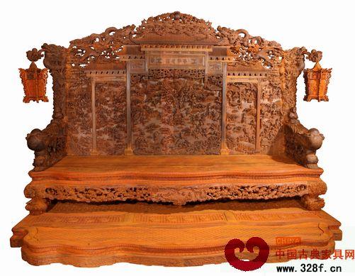 浙江东阳的木雕工艺在红木家具行业中可算是有口皆碑,东阳木工的手艺也是得到了业内人士的普遍认可,许多红木企业的大师傅们几乎都是东阳籍贯的。  3月,广东省中山市地天泰家具推出的盛世年华大型沙发套件成为了行业的焦点,这套几乎全部由东阳木雕工人完成的全手工大沙发,充分展现了东阳木雕的精美和气势。本期,小编就带大家走进盛世年华的雕刻团队,通过雕刻师傅们的介绍,来深入领略一下东阳木雕的风采。  盛世年华大型沙发套件小档案: 盛世年华,取材微凹黄檀,全套共30件,总重三吨多,历时四年完成,光设计部分就花