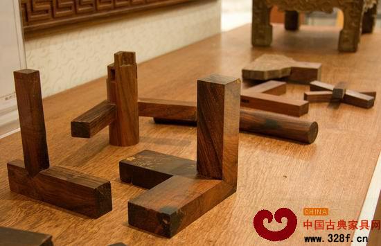 榫卯结构 从结构上来讲,红木家具要求必须用榫卯结构拼接,而不可使用铁钉或其他化学黏合剂。家具的每个部分都要通过榫头来实现连接,并且这些榫头还要能够承受红木材质本身的重量,这本身就是一个奇迹。在同一件家具上,不同的部位、不同板面,都要用不同的榫头连接,就盛世年华来说,整套家具的榫头多达五六百个,种类近二十种,单单一张椅子的榫头就有二三十个,其中的智慧含量和艺术含量不可估量。榫卯结构是红木家具的灵魂,而红木家具的造型和工艺中明显的民族性亦是对许多收藏者最有吸引力的部分。 盛世年华是典型的清式家具。目前