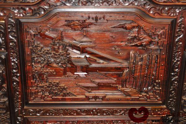 珍珠,是中国古代传统四宝之一,早在远古时期,人们就被它的晶莹瑰丽所吸引。而黑珍珠作为珍珠中的一种,代表着智慧,是需要在一定的条件下才能形成的,能散发出诱人的光泽。中山市红宝轩红木家具有限公司,这颗在红木家具行业中不断崛起的黑珍珠,在此时此刻已然焕发出精彩的光芒,而这束光芒也正逐渐延伸,甚至将被改良和创新。 一如既往 勇举黑酸枝牌  黑酸枝原木纹理图 黑酸枝,是隶属于国家红木标准(红木GB/T18107-2000)明确规定的5属8类33种木材中的酸枝木类,与黄花梨同属豆科植物中的蝶形花亚科