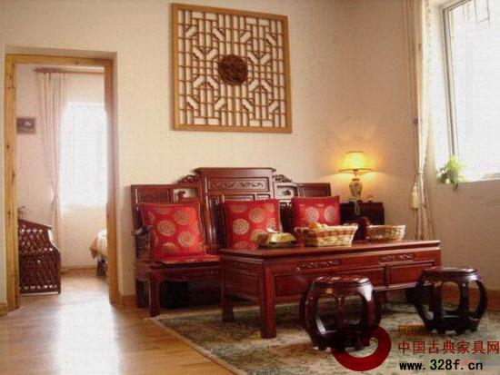 新中式装修效果图欣赏:沙发上的红色抱枕中式韵味很浓哟,令