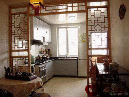 新中式装修效果图欣赏:厨房隔木上的回纹字太有古典的感觉