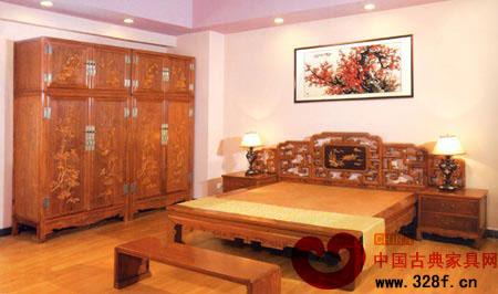 卧室新古典装修效果图:床头雕花显得繁复而华贵;衣柜更是尽