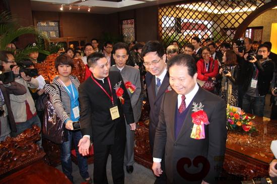 原省政协主席汤炳权(右一)、中山市委书记薛晓峰(右二)参观红古轩展位