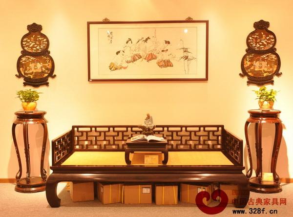 装点明-红木家具装饰的书房一角(区氏臻品供图)-当红木家具遇到现代简约