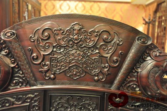 在红木家具雕刻纹饰中,蝙蝠纹是普遍使用的一种纹饰。在椅背、床头、桌边、柜门上几乎随处可见它的身影,可见其受国人喜爱的程度。  蝠纹与玉磬组合,代表福庆(红宝轩红木供图) 蝙蝠纹作为中国传统的装饰纹饰,在明代就用在了龙袍上,而到了清朝,统治者和达官贵人对蝙蝠纹更是偏爱有加,不仅在龙袍、瓷器上使用蝙蝠纹,家具和建筑物上也大量使用。据说在和珅的恭王府花园里有1万只造型各异的蝙蝠贯穿始终,在彩画、窗棱、穿枋和灰塑上都可以见到蝙蝠形象,因此也有人叫它万福之地。  蝠纹与铜钱组合,寓意福在眼前(红宝轩红木供