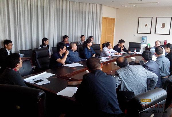 《红木》国标修订起草小组第二次工作会议与会人员分组展开讨论