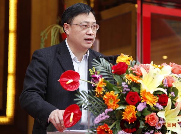 云浮市新兴县委副书记许行在名典红木开业庆典活动上对新兴红木家具产业园目前的进展做了简单的汇报
