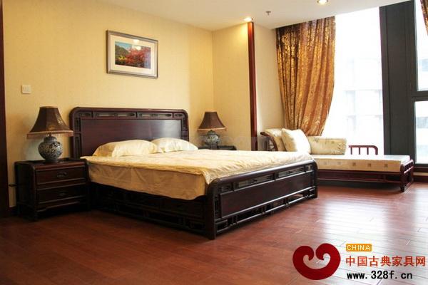 卧房设计是人们休息和睡眠的自由空间,在卧室的设计上,除了要在实用性上给人舒适感外,最重要的是氛围的营造上给人精神的愉悦。红木家具秉承中式传统,富有人文气息,很适合在卧室中使用。  古典深沉的卧房风格(国寿红木供图) 古朴深沉,富有文化气息是这款卧室设计给人的第一感觉。这间卧室的红木家具,运用了缅甸花梨的材质,他的木纹结构清晰,结构细而均匀,给人视觉享受。缅甸花梨又称香花梨,所以有一种檀香味,其香悠远醇厚,能够给整个卧室带来一股淡淡的幽香。整个卧室也很重视卧室氛围的营造,灯光明暗之间的对比运用、台灯和书法的