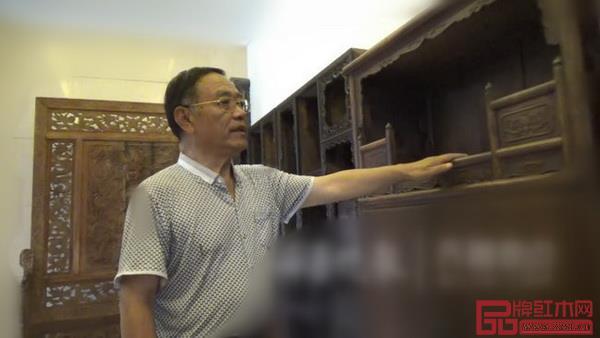 王晓军与他收藏的明清老家具(图片来源:齐鲁晚报)