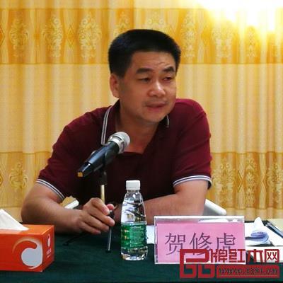 大涌镇镇长贺修虎对2018新中式红木家具展相关工作做具体指导