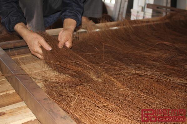 """宫派全山棕床垫精选枝干壮硕的""""森林珍宝""""山棕树片,并从中提取纤维粗长、韧性极佳的植物山棕纤维"""