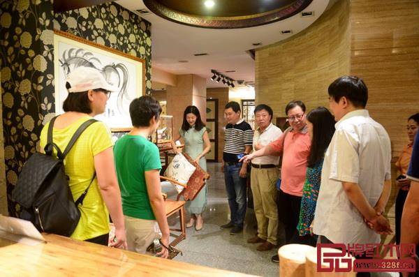 红古轩营销总监杨晶(左三)为河南工程学院领导、老师一行介绍红古轩红木家具