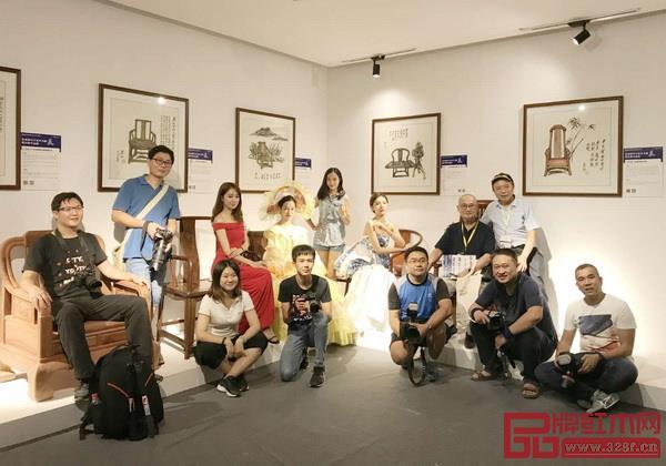 """胡景初(后排右二)与一众摄影师、模特在""""景初新中式家具书画展暨经典作品展""""合影"""