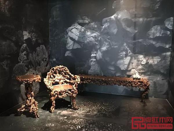 根瘤雕刻而成的几案和座椅