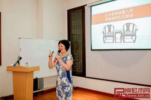 2、义乌工商学院副教授、高级礼仪文化培训师钱志芳作了职业化和礼仪化讲座
