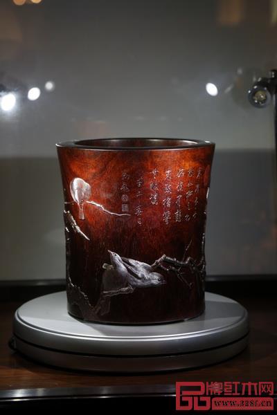 由泰和园制作的深圳丝翎檀雕笔筒入藏国家博物馆