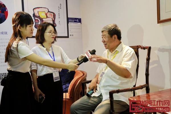 国家文物局原常务副局长张柏坐于泰和园《当代君子竹节椅》接受媒体采访