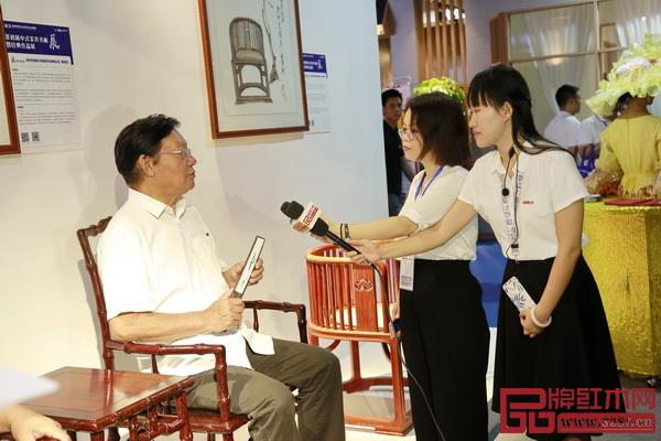 全国工商联原副主席程路坐于泰和园《当代君子竹节椅》接受媒体采访