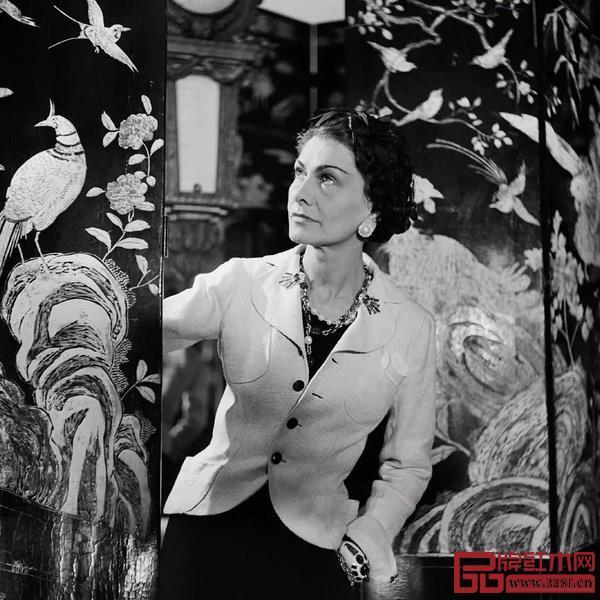嘉柏丽尔·香奈儿与她钟爱的乌木漆面屏风,摄于1937 年。( 摄影:Lipnitzki & Roger-Viollet,图片来自CHANEL 中国官网)