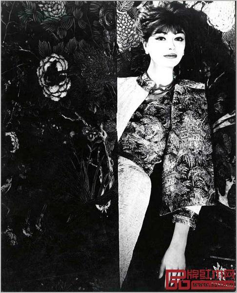 与香奈儿女士所钟爱的其他事物一样,东方屏风也化作她的灵感来源,出现在高级定制服上,成为发布会舞台装饰、宣传影像的背景与广告大片的细节(图片来自CHANEL 中国官网)