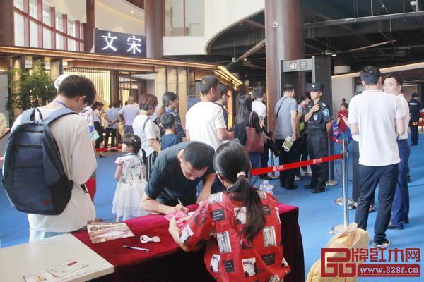 全国客商对2018新中式红木家具展的热情超乎想象