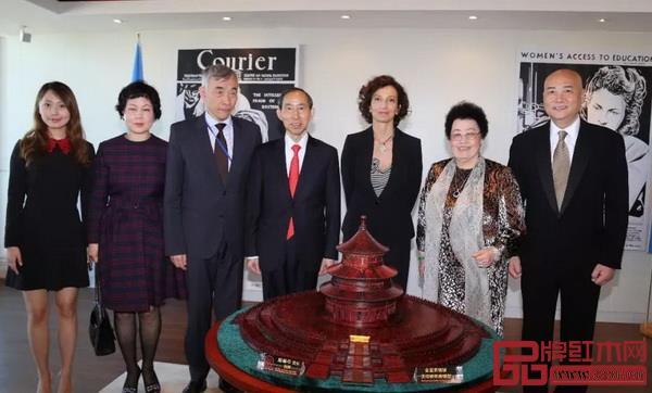 联合国教科文组织收藏紫檀雕天坛祈年殿艺术珍品仪式