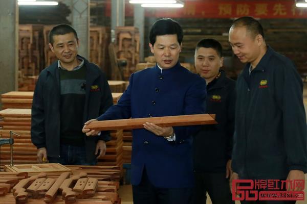 张锡复董事长对工艺有执着的坚持,经常与东成红木生产团队就红木家具制造分析查找问题原因,及时提出具体的改进意见