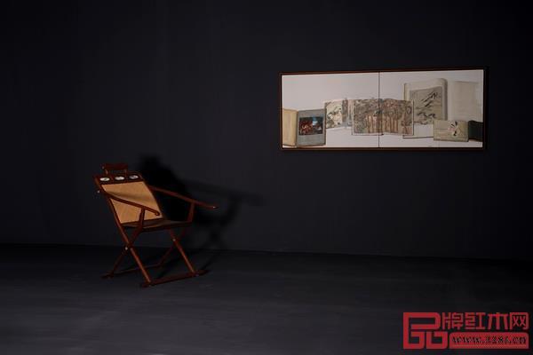 图右:陈丹青布面油画,图左:黄花梨躺椅(区氏臻品)