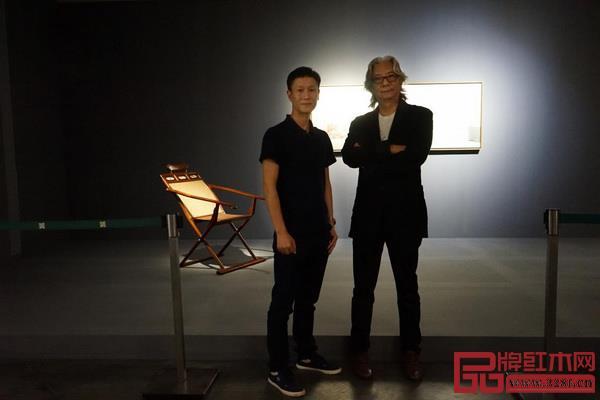 刘山先生(右)与区氏臻总经理区锦泽(左)于躺椅前合影