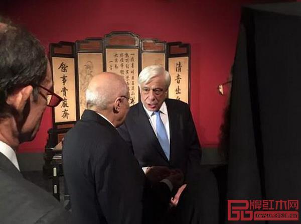 """希腊总统帕夫洛普洛斯(右一)在""""重文德之光华:重华宫原状文物展""""上参观"""