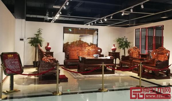 价值1.8亿元的《百年好合》大型海南黄花梨沙发组合