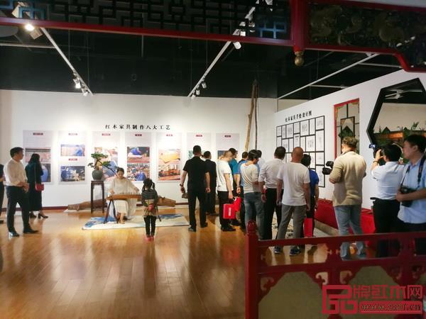 参观者在香港美联红木临沂艺术馆驻足,了解中国红木家具文化