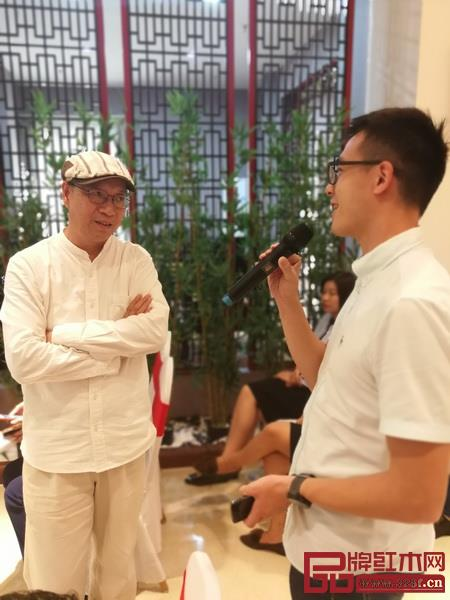 美联红木副董事长张文海(右)虚心请教,彭亮教授(左)详细解答