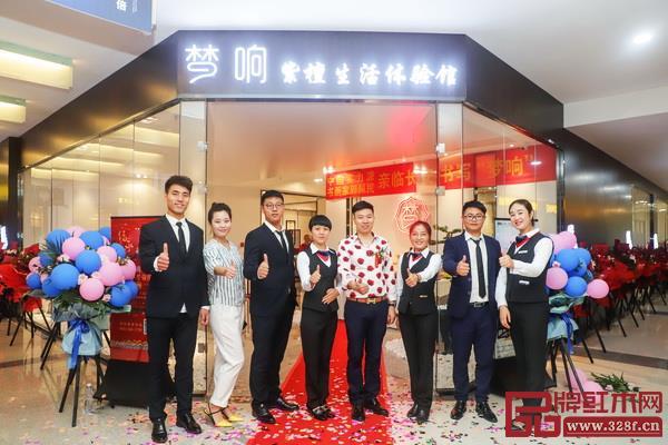 梦响红木总经理王春良(左五)与营销团队合影