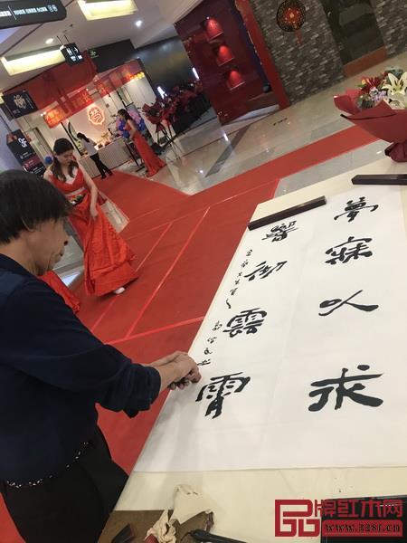 中国实力派书画家郭佩民现场为嘉宾赐字