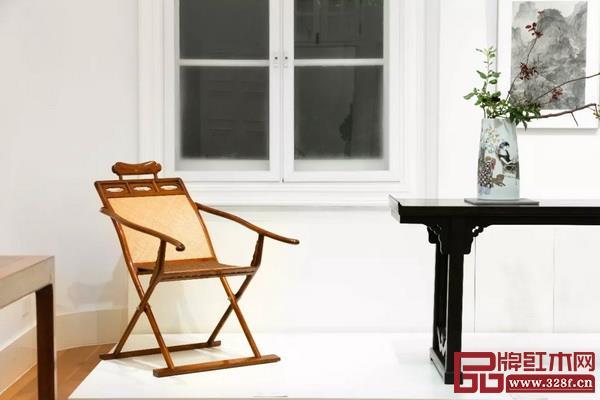 区氏臻品董事长区胜春设计制作的黄花梨躺椅