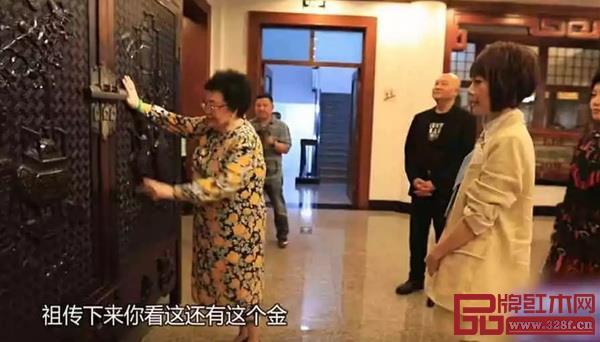 陈丽华展示自家祖传的一组紫檀大衣柜