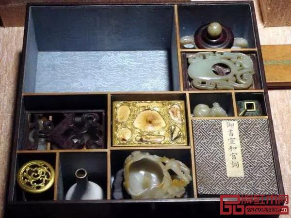 多宝格里收藏有各类珍品