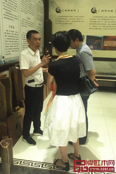 波记家具董事长伍建波为客人讲解红木家具理念?