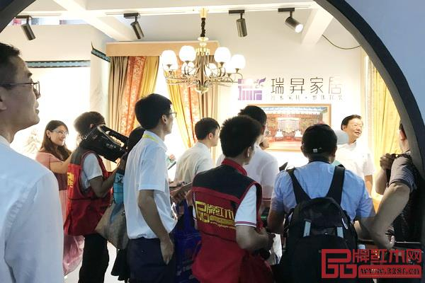 """一众领导嘉宾参观瑞昇家居在""""新意思""""新中式红木家具设计展的展位"""